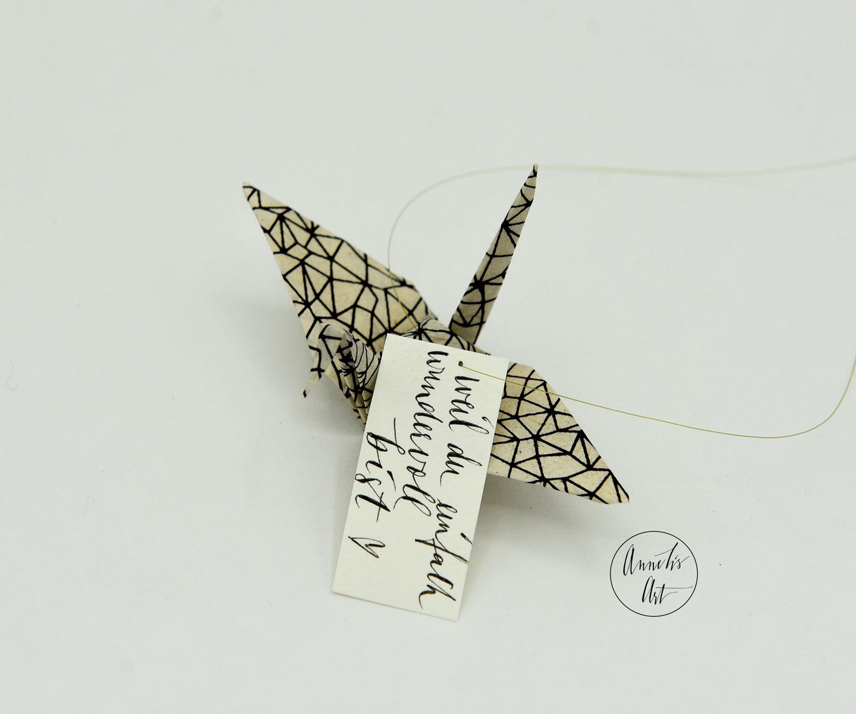 Origami-Kranich schwarz weiß mit deinem  individuellem Schriftzug